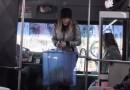 Belinda se Sube por Primera vez a un Microbús y así Reaccionó